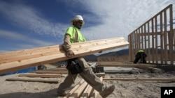 Un trabajadar hispano realiza labores de construcción en California: la recuperación de empleos entre los latinos ha ido en aumento.