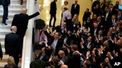 ကမာၻ႔စီးပြားေရး ေဆြးေႏြးပဲြတက္ဖို႔ ကန္သမၼတ Davos ကို ေရာက္ရိွ