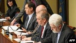 Premijer Cvetković potpisuje socijalno-ekonomski sporazum za 2011. sa predstavnicima sindikata.
