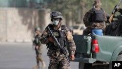 Soldados afganos montan guardia a la entra del palacio presidencial en Kabul, que fue atacado este martes por un comando talibán.