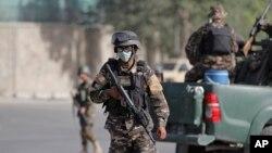 Pasukan keamanan Afghanistan melakukan penjagaan ketat pasca serangan Taliban gagal di dekat Istana Kepresidenan di Kabul (25/6).