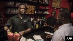 Un barman du Republic Bar & Grill à Accra sert le cocktail Kokroko, une boisson à base de Sobolo et d'Akpeteshie, le 10 décembre 2018.