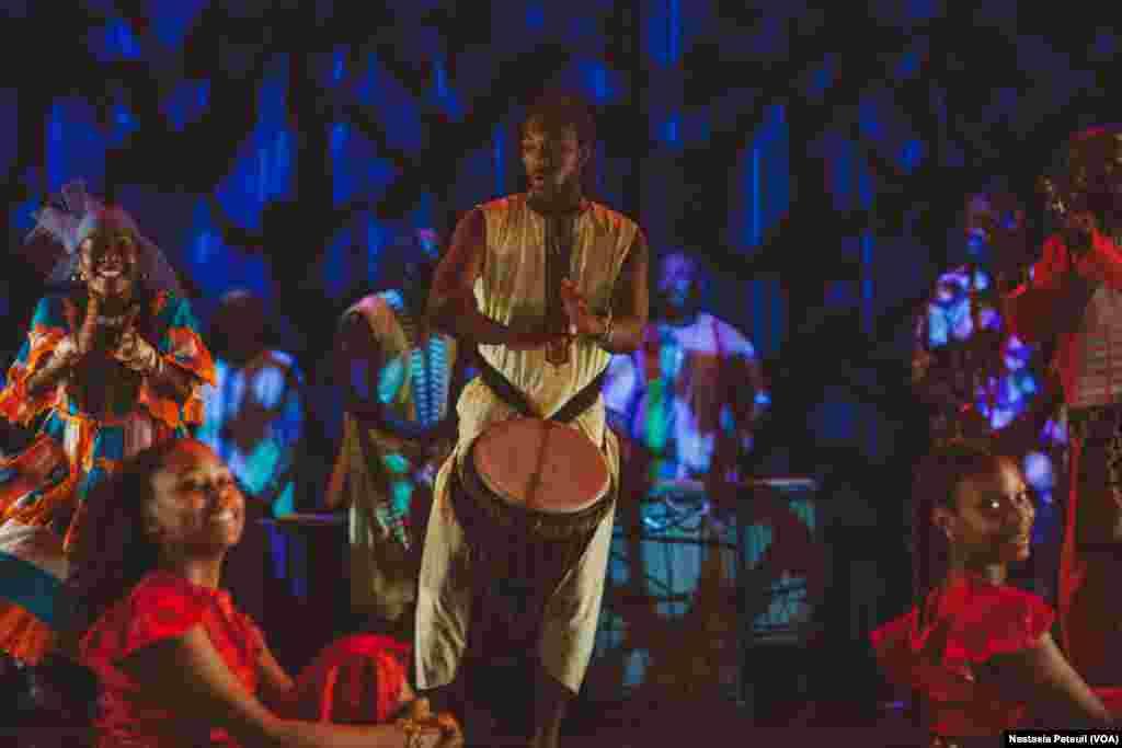 Un jeune musicien sur scène avec KanKouran West African Danse Company, à Washington D.C., le 4 juin 2017. (VOA/Nastasia Peteuil)
