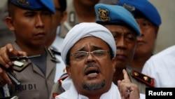 Habib Rizieq, saat berbicara pada polisi ketika tiba di markas besar Kepolisian di Jakarta, 1 Februari 2017.