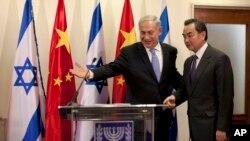 2013年12月18日,中国外长王毅(右)在耶路撒冷以色列总理办公室会晤内塔尼亚胡总理后,两人一道举行记者会。