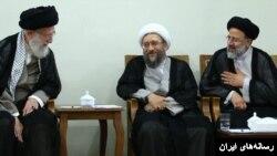 ابراهیم رئیسی در کنار صادق لاریجانی، رئیس سابق قوه قضائیه و علی خامنهای