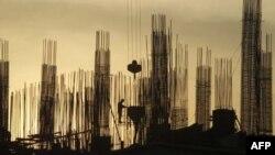 Công nhân làm việc tại một công trường xây dựng ở Hà Nội.