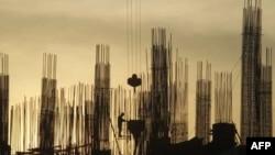 Công nhân làm việc tại một công trường xây dựng ở Hà Nội