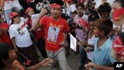 图为一名力挺反对派昂山素季的男子3月30日在仰光举行的集会上激动得手舞足蹈