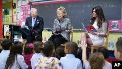 Hillary Clinton leyendo con niños hispanos en la campaña Pequeños y Valiosos
