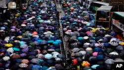 Manifestantes contrarios al gobierno con paraguas participan en una marcha en Hong Kong, el domingo 6 de octubre de 2019. (AP Foto/Vincent Yu)
