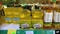 Minyak Canola yang diproduksi perusahaan Kanada tampak dijual di toko-toko belanjaan di Beijing, China (foto: ilustrasi).