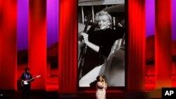 Ca sĩ Beth Ditto trình diễn trong lễ khai mạc Liên hoan phim Cannes tại miền nam nước Pháp, ngày 16/5/2012