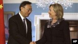 O Γιάνγκ Ζιετσί με την Χίλαρυ Κλίντον