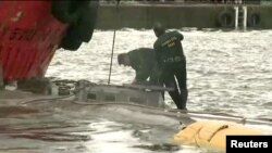 Polisi Spanyol memeriksa kapal selam yang membawa kokain di pelabuhan Aldan (26/11).
