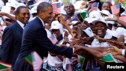 Dân Tanzania chào mừng Tổng thống Obama (phải) và Tổng thống Kikwete của Tanzania