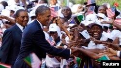 Rais Barack Obama wa Marekani pamoja na mwenyeji wake Rais Jakaya Kikwete akiwasalimia Watanzania akiwa Dar es Salaam