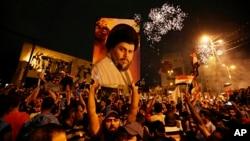 Pristalice šiitskog imama Muktade al-Sadra slave na Trgu Tahriru Bagdadu (Foto: AP/Hadi Mizban)