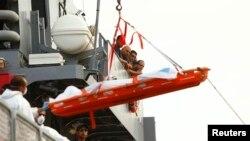 10月12日遇难的移民遗体从船上运下