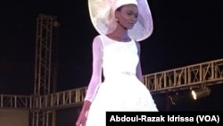 Le défilé de mode lors du Fima 2016 dans la ville d'Agadez, le 17 décembre 2016 au Niger. (VOA/Abdoul-Razak Idrissa)
