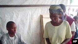 Une Burundaise se prépare à voter dans un référendum en février 2005