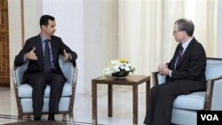 Dubes AS untuk Suriah, Robert Ford (kanan) saat bertemu Presiden Bashar Assad di Damaskus (foto: dok).