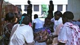 Women wait outside the packed, stuffy maternity ward of Juba's hospital, South Sudan. (H. McNeish / VOA)