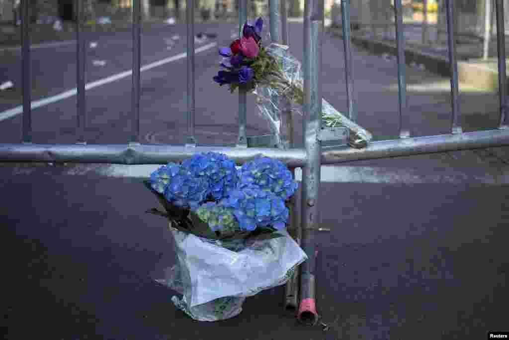 Cvijeće i barikade na ulazu u ulicu Boylston u Bostonu, u neposrednoj blizini cilja bostonskog maratona gdje su eksplodirale dvije bombe. Poginule su tri osobe.Jedna je osmogodišnji dječak čiji je otac trčao maraton. Sestra tog dječaka, mlađa od njega, i majka teško su povrijeđene. Djevojčici je jedna noga morala biti amputirana. Ukupno je povrijeđeno preko 170 osoba.