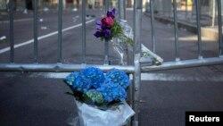 Cveće na barikadama blizu cilja Bostonskog maratona