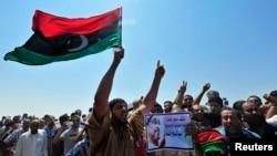Người biểu tình tham dự đám tang của nhà hoạt động Abdelsalam al-Mosmary tại Benghazi, 27/7/2013