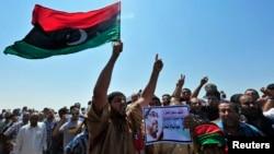 ຫລາຍຮ້ອຍຄົນພາກັນໄປຢູ່ຕາມຖະໜົນຫົນທາງຂອງເມືອງ Benghazi ໃນລີເບຍ ເພື່ອປະນາມການກໍ່ຄວາມຮຸນແຮງຄັ້ງ ຫລ້າສຸດ ໃນວັນທີ 27 ກໍລະກົດ 2013.