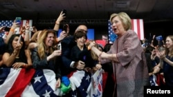 Umukandida w'Umudemokrate, Hillary Clinton ariko aramutsa abamushigikiye muri Reta ya New York, kw'italiki 20 z'ukwezi kwa kane, umwaka w'i 2016