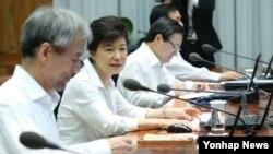 박근혜 한국 대통령(왼쪽 두번째)이 22일 청와대에서 열린 수석비서관회의에서 모두발언을 하고 있다.