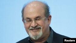 Penulis Salman Rushdie pada acara di John F. Kennedy Presidential Library and Museum di Boston. (Reuters/Jessica Rinaldi)