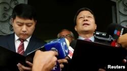 멕시코 외무부로부터 추방명령을 받은 김형길 북한 대사가 8일 멕시코시티 대사관 앞에서 기자회견을 하고 있다.