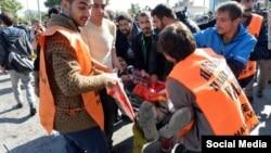 터키 수도 앙카라의 기차역 앞에서 자살폭탄테로 보이는 폭발이 발생해 수십명이 숨졌다. 구조요원들이 부상자를 옮기고 있다.