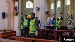 Поліцейські на місці вибуху бомби в католицькій церкві Св. Себастьяна, Шрі-Ланка. Фото 22 квітня 2019 року