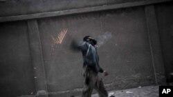 Halep'in Büstan El-Paşa mahallesindeSuriyeli bir isyancı ordu birliklerine el bombası atarken