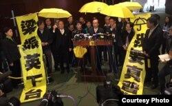 多名泛民主派立法會議員撐起黃傘並高舉標語離場,公民黨黨魁梁家傑(發言者)表示,抗議梁振英施政報告沒有提及真普選訴求。(圖片由公民黨提供)