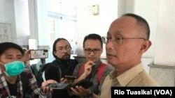 Direktur medik dan Perawatan RSHS, dr. Nucki Nursjamsi, berbicara kepada wartawan. (VOA/Rio Tuasikal)