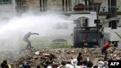Cảnh sát Yemen dùng vòi rồng để giải tán người biểu tình chống chính phủ tại thành phố Taiz, ngày 25/4/2011