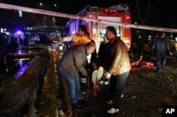 Một người bị thương được đưa đi tại địa điểm xảy ra vụ nổ ở Ankara, Thổ Nhĩ Kỳ, ngày 13 tháng 3, 2016.