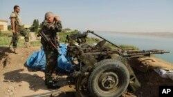 Lực lượng Kurdistan đứng gác gần Đập Mosul ở thị trấn Chamibarakat bên ngoài thành phố Mosul, Iraq, ngày 17 tháng 8, 2014.