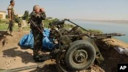 2014年8月17日庫爾德武裝力量在摩蘇爾大壩附近站崗