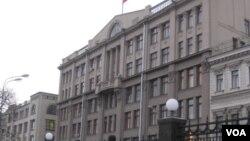 莫斯科的俄罗斯总统办公厅大楼,过去是前苏共中央所在地。(美国之音白桦拍摄)