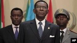 Tổng thống Teodoro Obiang của Guinea Xích Đạo (giữa) bị tố cáo là tham nhũng, đã để nhân dân sống trong nghèo khó mặc dầu nước này có nguồn dầu hỏa phong phú