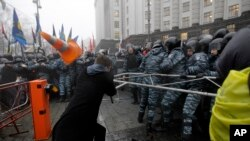Столкновения демонстрантов с полицией в Киеве