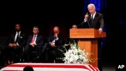 Бывший вице-президент США Джо Байден выступает на поминальной службе в честь Джона Маккейна