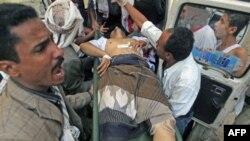 Một người thuộc phe đối lập bị thương, trong vụ đụng độ với lực lượng an ninh chính phủ Yemen ở thành phố Taiz, được đưa đi bệnh viện