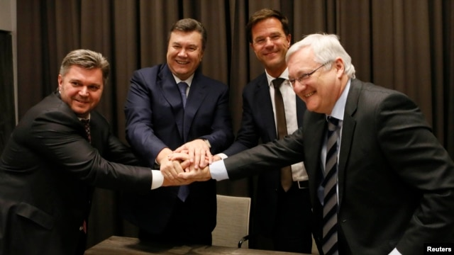 Bộ trưởng Năng lượng của Ukraina Stavitsky, Tổng thống Ukraina Yanukovich, Thủ tướng Hà Lan Rutte Tổng giám đốc Voser cua công ty Shell bắt tay sau khi ký hợp đồng ở Davos 24/1/13